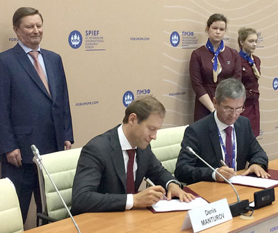 The Russian Minister of Industry and Trade, Denis Manturov (left) and Dr. Ralf Bendisch (General Director of CLAAS Krasnodar) signing the special investment contract